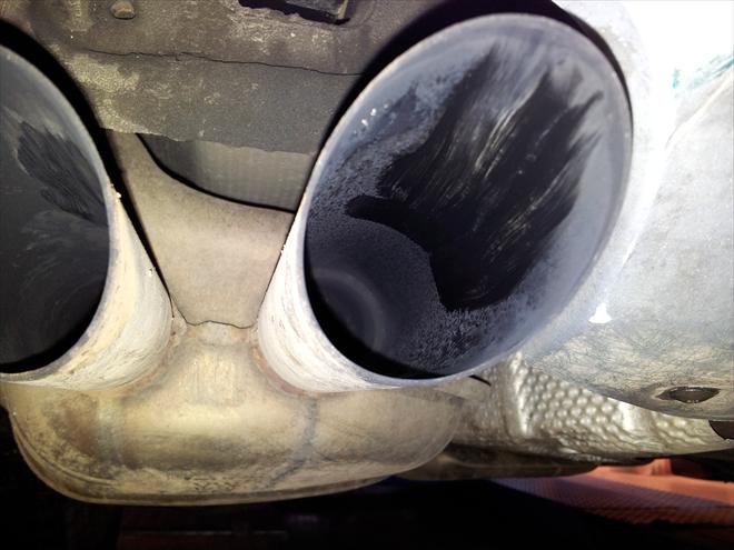 Koncovka výfuku vozidla s DPF po ujetí 112.650 km po chemickém čištění - detail